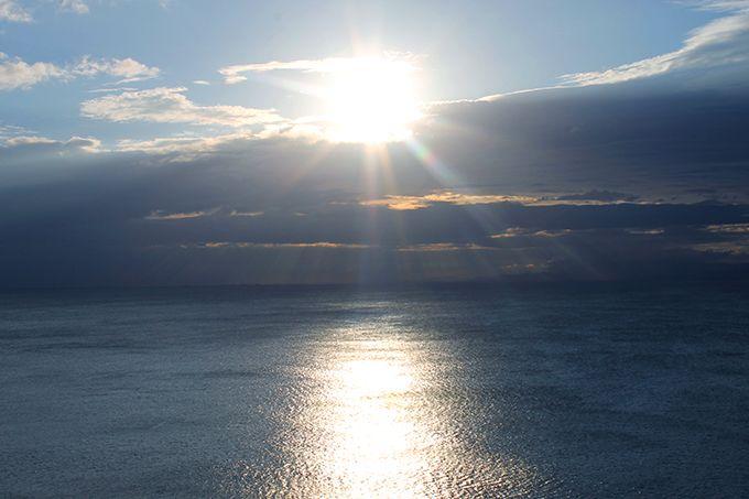水平線から昇る朝日のパワーを浴びよう!