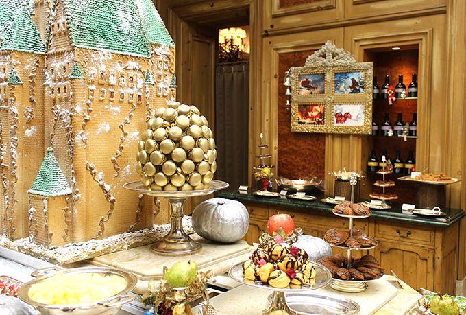 クリスマス仕様のビュッフェにサンタモチーフのカクテルも