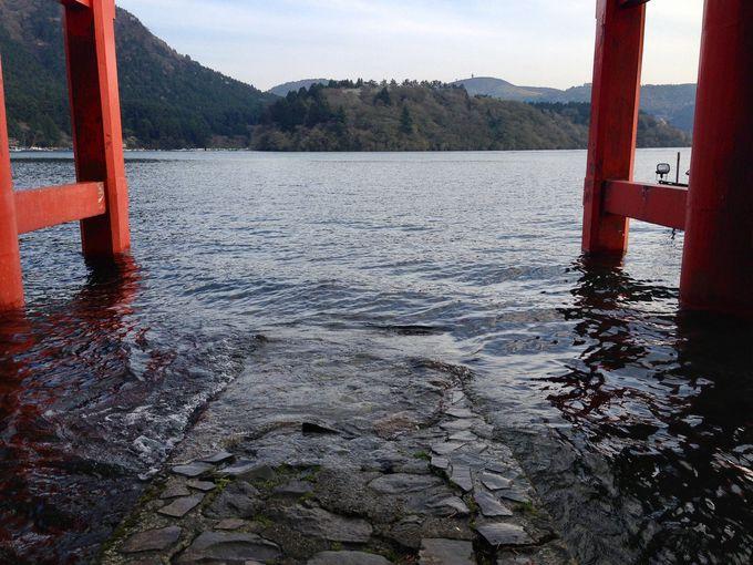 湖面にそびえ立つ美しい「平和の鳥居」