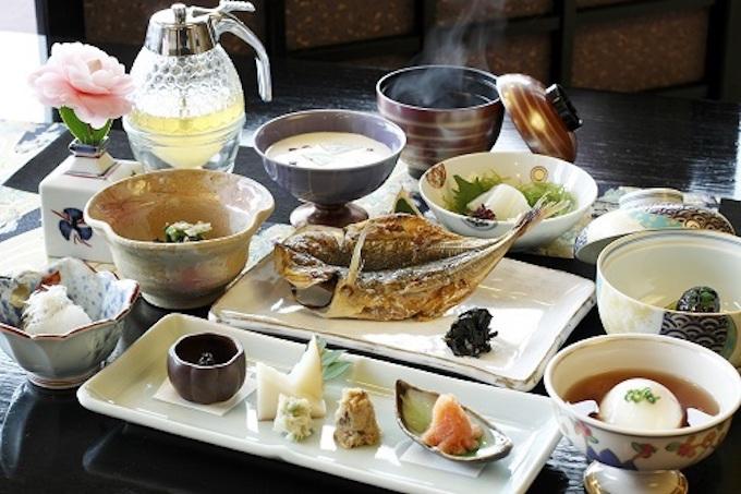 日本料理懐石と源泉掛け流しの温泉を心ゆくまで堪能