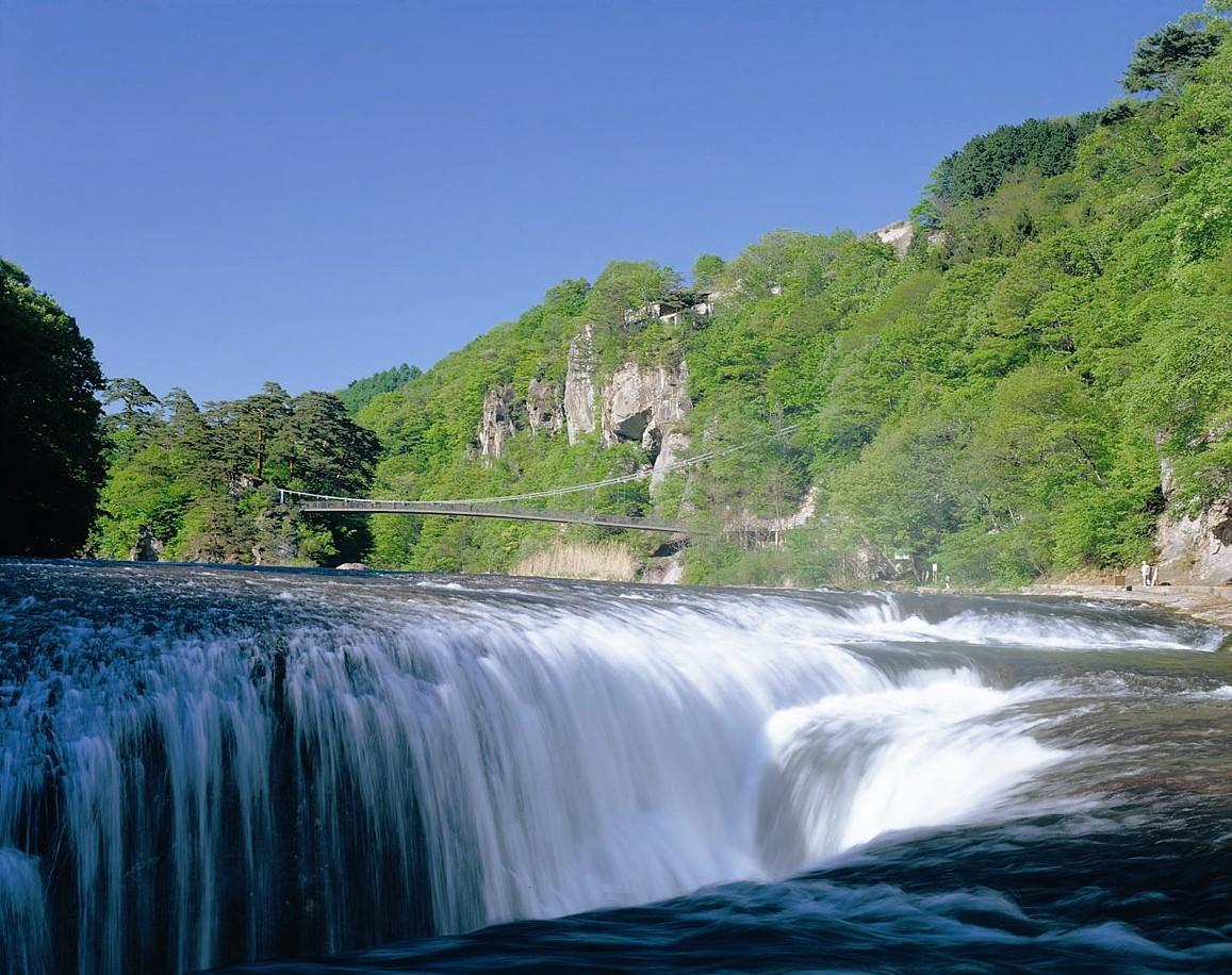 900万年前にできたと言われる天然記念物の吹割の滝を散策。