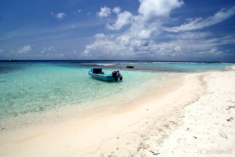 限りなく透明なブルーの島ビーチを独り占め!