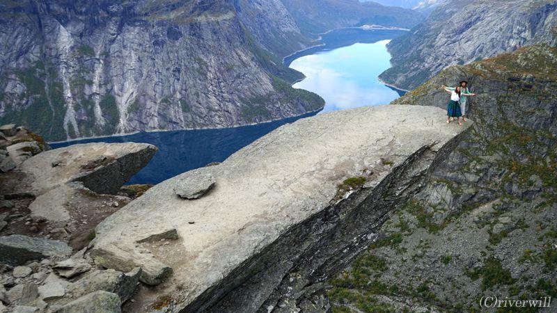 トロルの舌(トロルトゥンガ)は絶叫クレージーな断崖絶壁