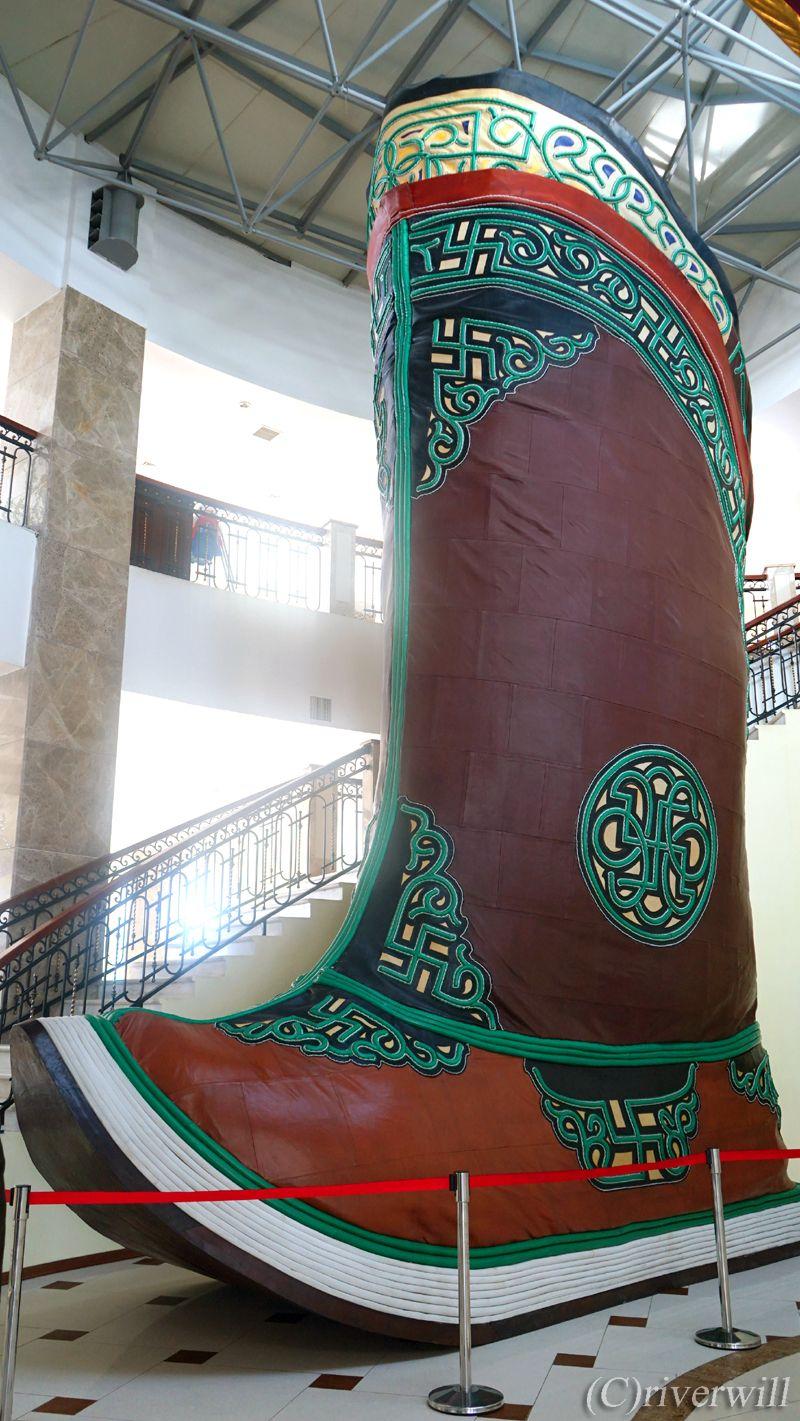 ギネス世界一のモンゴル式伝統ブーツと伝説の黄金のムチ