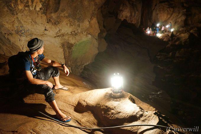 洞窟探検の申込みは村の観光案内所へ