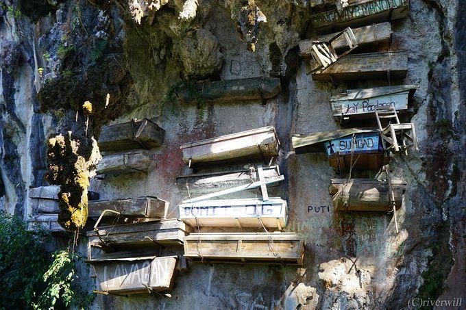 奇怪で奇妙な埋葬風習「ハンギング・コフィン」とは