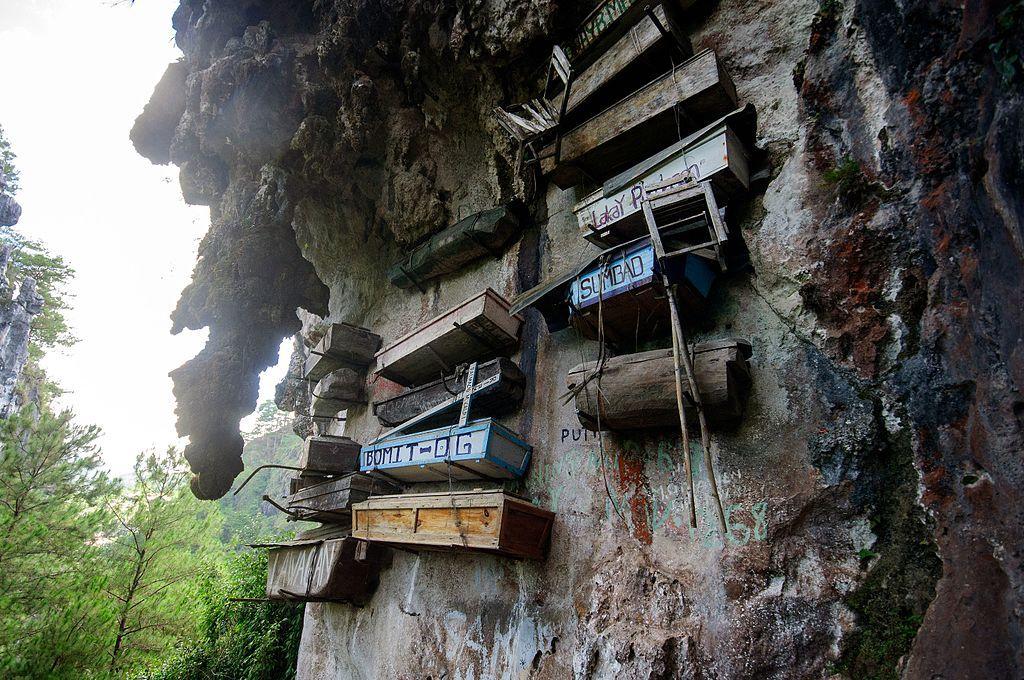 崖に吊るす棺!?フィリピン・サガダの奇怪な埋葬風習「ハンギング・コフィン」