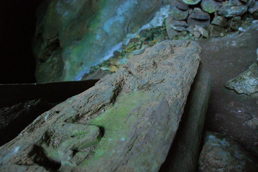 洞窟に埋葬された山積みの棺たち