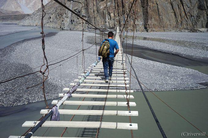 カラコルム山脈をバックに恐怖のスケスケ吊り橋