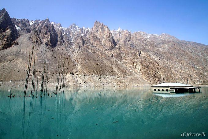 哀しい歴史から生まれた美しきアッタバード湖