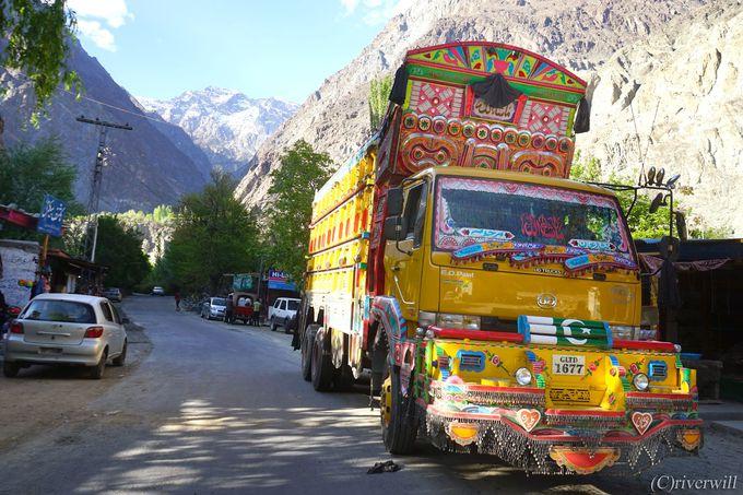 パキスタンを貫く全長1,300�qのカラコルムハイウェイ