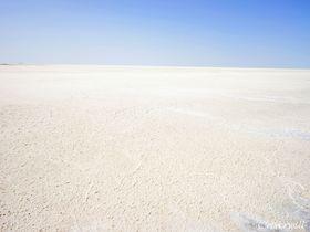 白の絶景!太古の海が眠るウズベキスタン・バルサケルメス塩湖