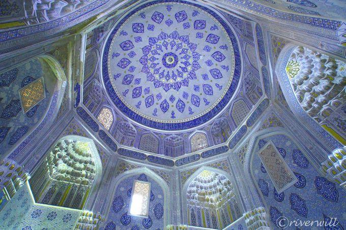 モスクの天井ドームに注目!