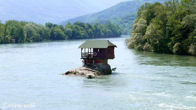 「川の中に建つ家」、通称「ドリナ・リバーハウス」とは