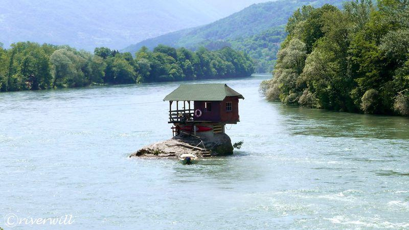 川の中に建つ家?!セルビア国境に浮かぶドリナ・リバーハウス