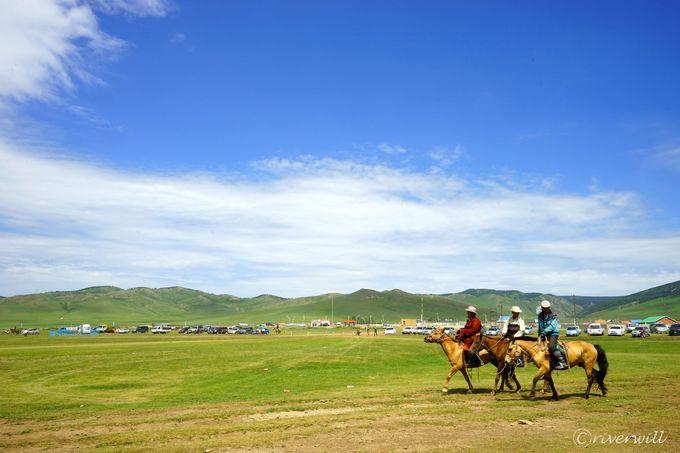 モンゴルといえば緑の草原に遊牧民