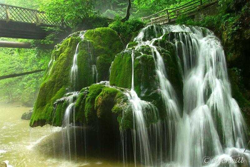 ルーマニアの奇跡の滝!巨大苔帽子の「ビガーの滝」