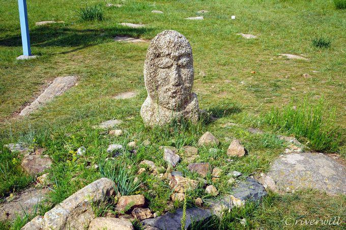 周辺には古代遺跡のふしぎな石像も点在