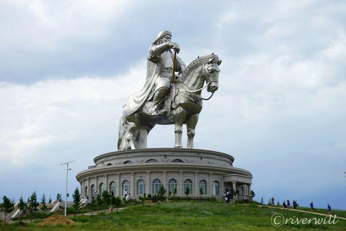 高さ40mのチンギスハーン騎馬像!モンゴル弓にワシ使いも