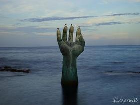 海から伸びる巨大な手!?韓国虎尾串(ホミゴッ)は日の出の名所