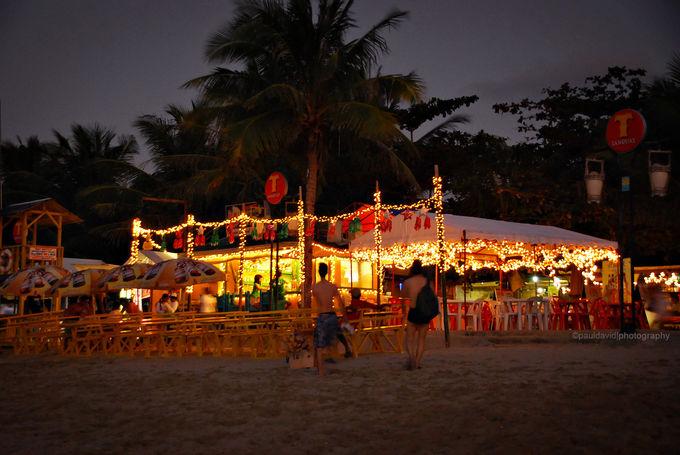 夜まで楽しめるプエルトガレラのホワイトビーチ