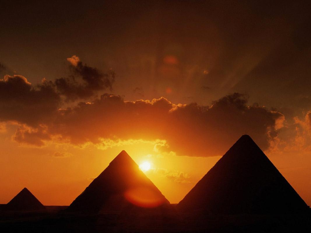 ルーフトップから眺める夕暮れ時のピラミッドも絶景