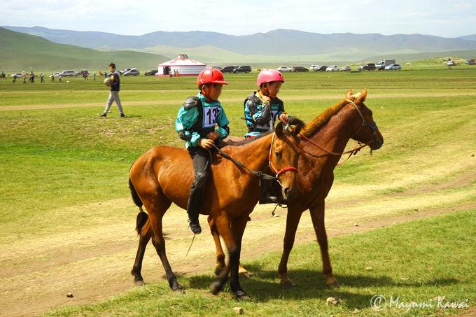 子どもたちが主役!草原を駆け抜ける「競馬」