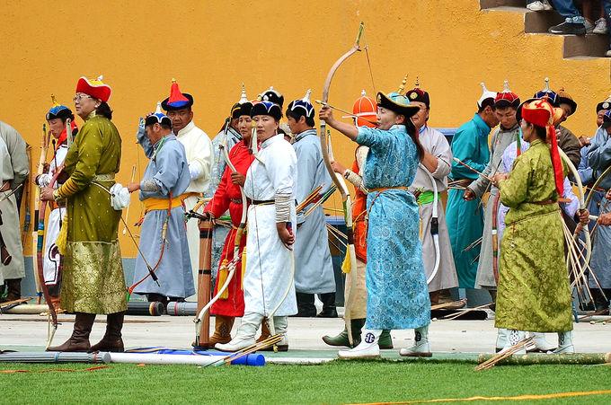 老若男女が腕を競う「弓技」