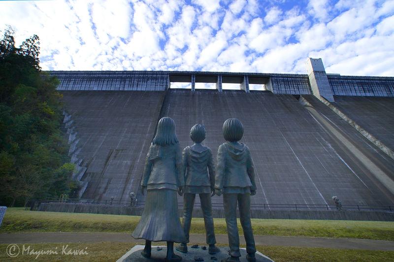 大分日田の大山ダムにあの絶望が蘇る!『進撃の巨人』銅像誕生