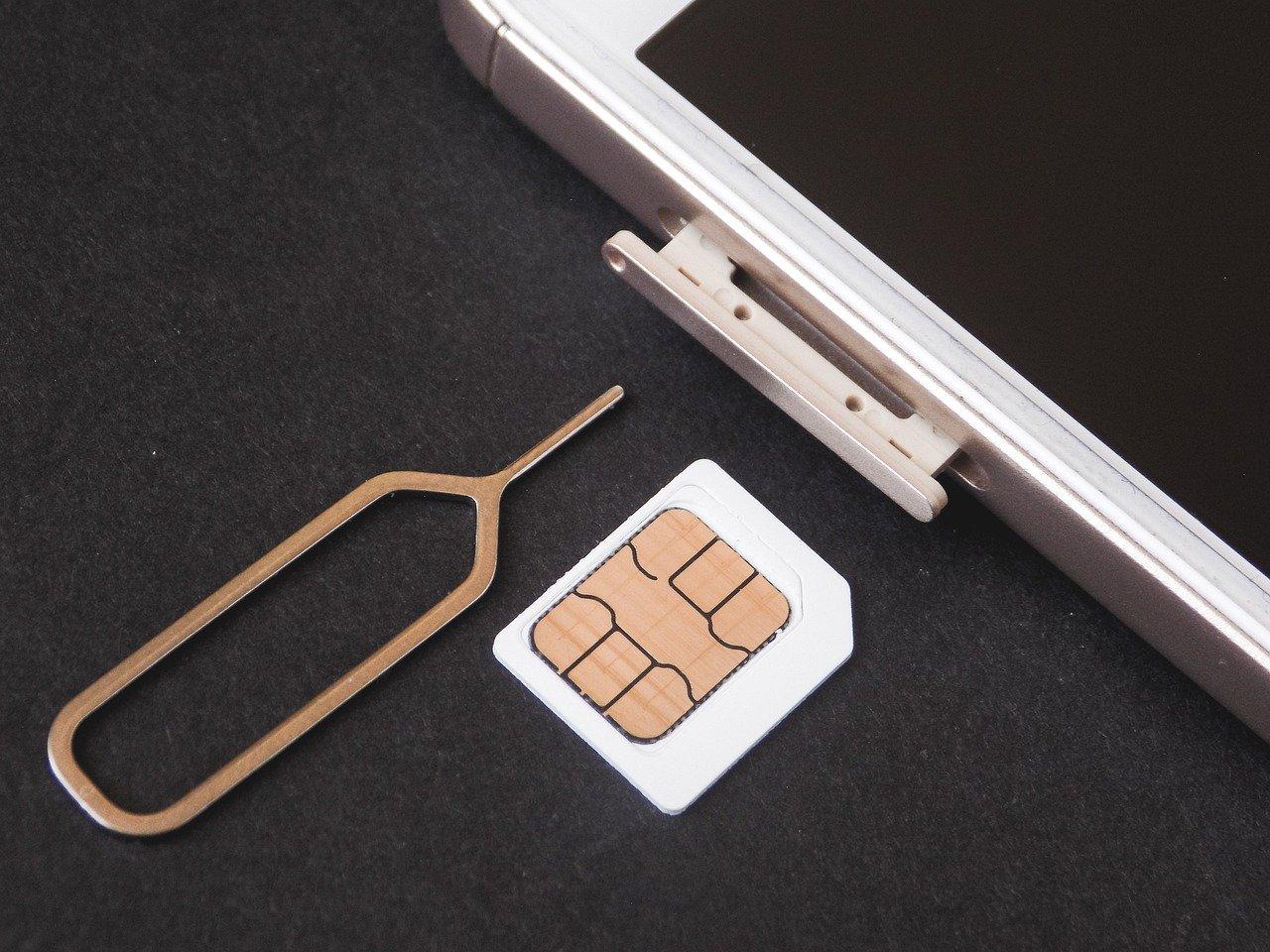 海外旅行でSIMカードを使うために必要な物は?