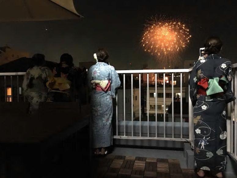 6.広いバルコニーから、隅田川花火大会を楽しもう
