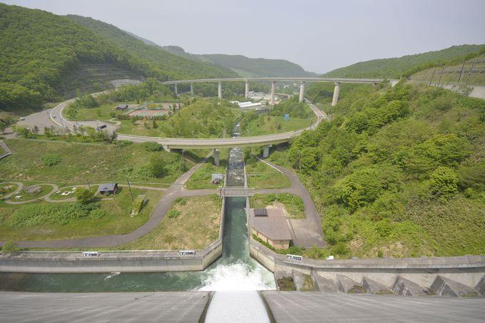 ループ橋も見どころの緑豊かな「朝里ダム」