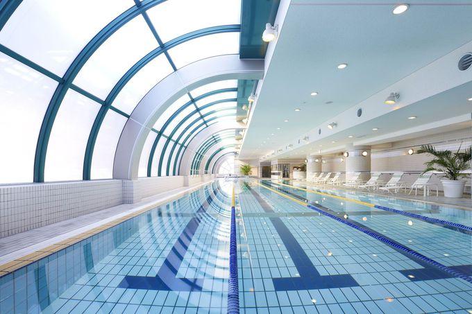 開放的な屋内プールを利用できる「ホテル・アゴーラ リージェンシー堺」