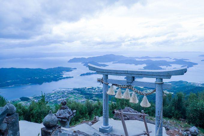 「天空の鳥居」が見守る石垣のまち、倉岳