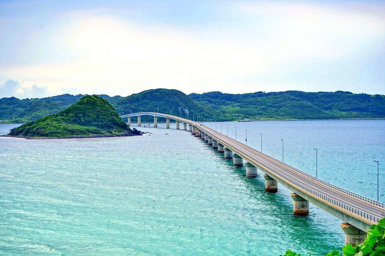 エメラルドグリーンの海に延びる「角島大橋」