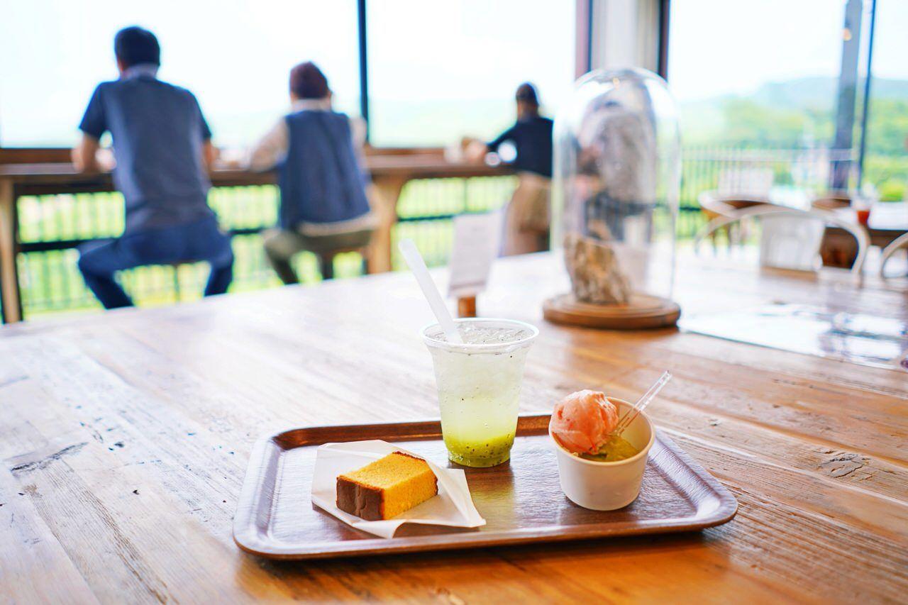 秋吉台のカルスト台地を眺めながらカフェ