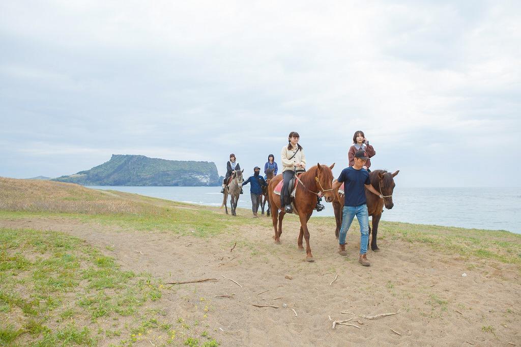 7.世界遺産・城山日出峰をバックに憧れの乗馬体験