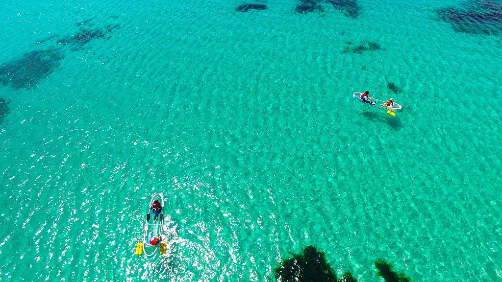 2.エウォルのビーチでエメラルドの海に浮かぶ「透明カヤック」