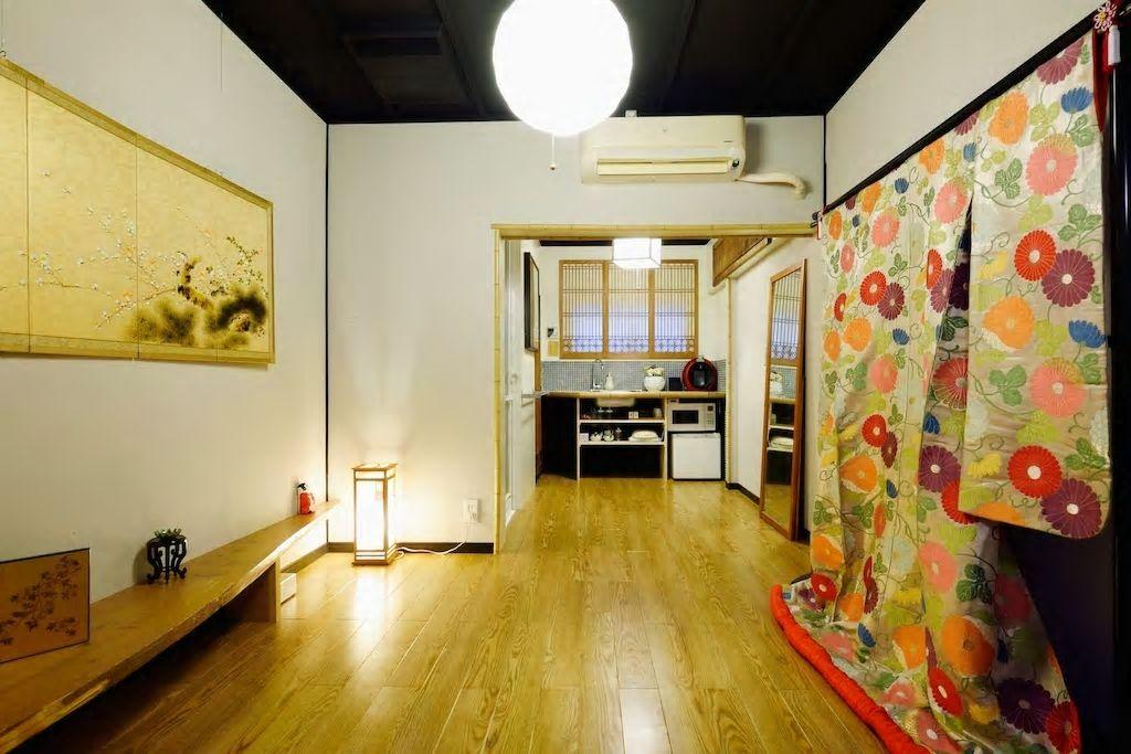 2.フローリングにお布団、壁には着物が/大阪市