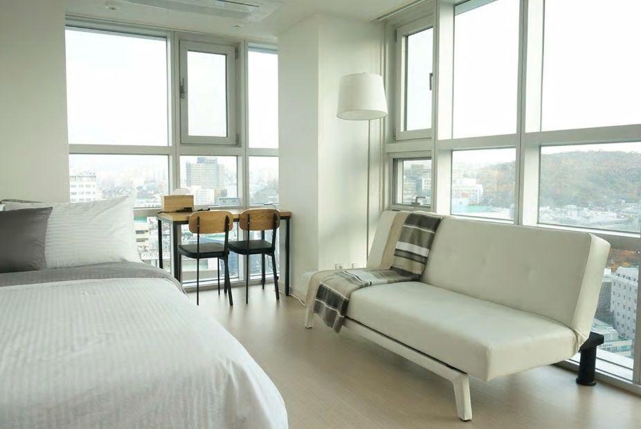 2.駅までわずか徒歩1分!広い窓の開放的な角部屋/ソウル市