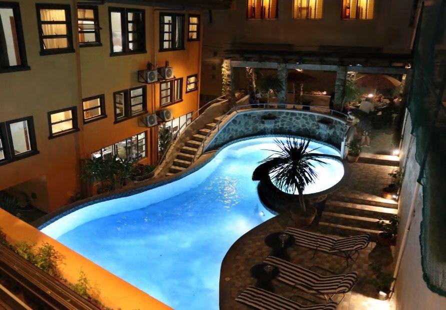 4.夜の景観が美しいプール付き施設でリゾート気分