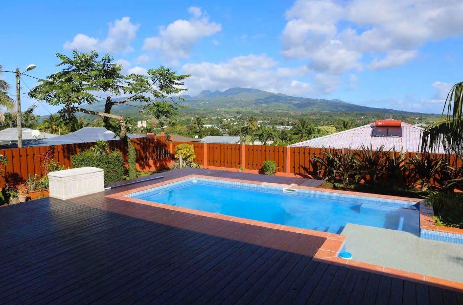 6.山の眺望が楽しめるプールと広いテラスでのんびり