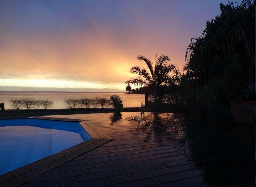 9.透明度の高いモーレア島の美しい海を一望、夕日も絶景