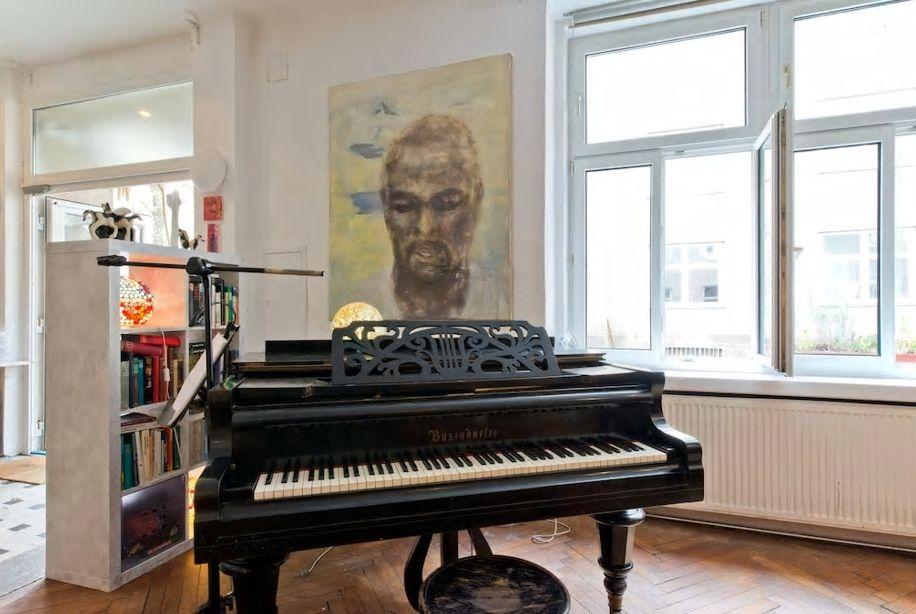 7.お部屋にはピアノに絵画、アートに囲まれて滞在しよう
