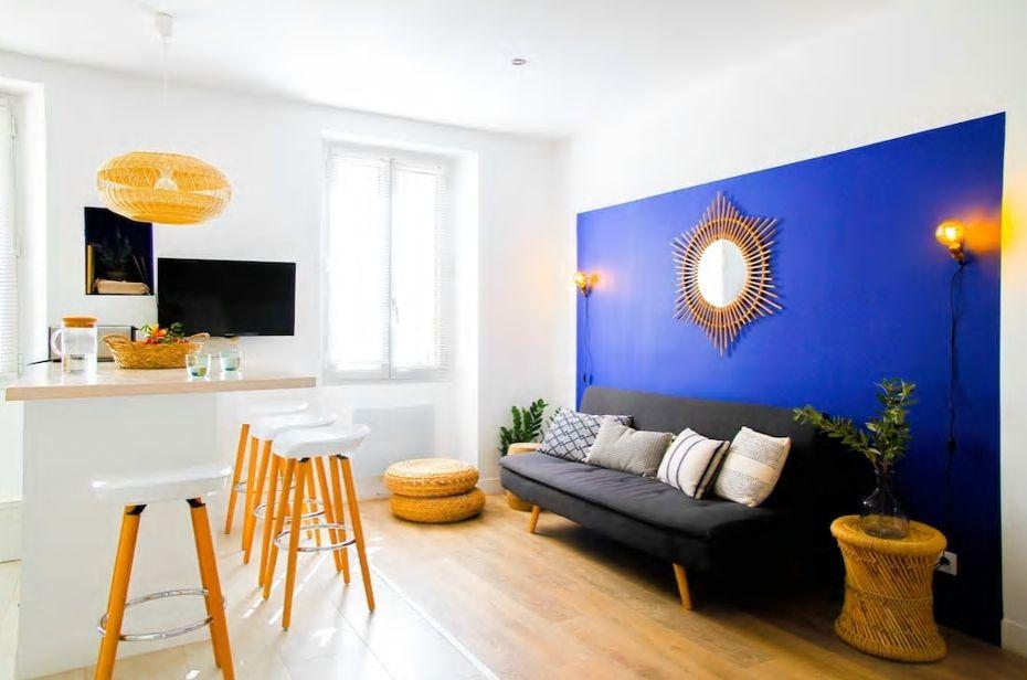2.青と白のコントラストが印象的な広々ルームに8名まで