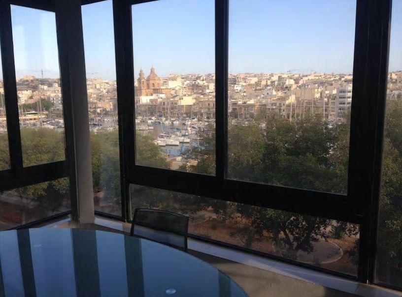 3.広い窓からは美しい海とマリーナが望める