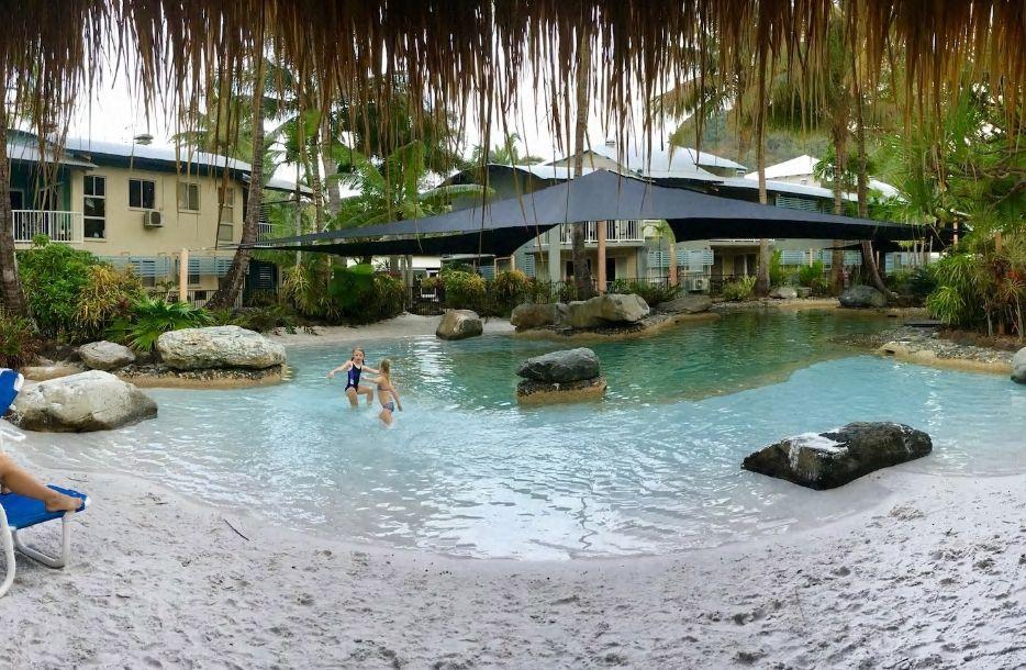 8.美しいラグーンプールが自慢のリーズナブルな民泊施設