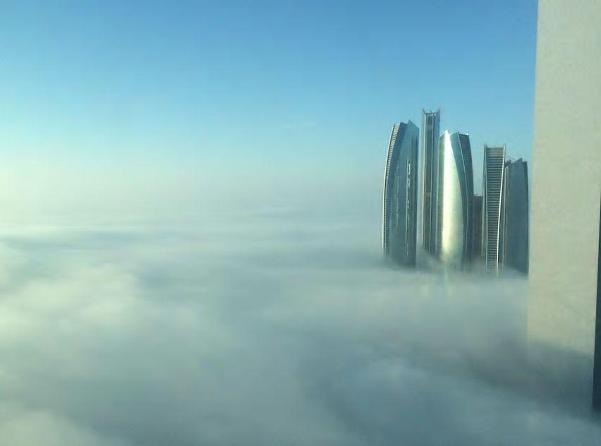 2.近未来的な高層ビルが林立する美しい姿を一望