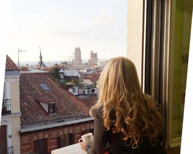 4.イエローカラーの明るいお部屋で窓からは美しい街並みが