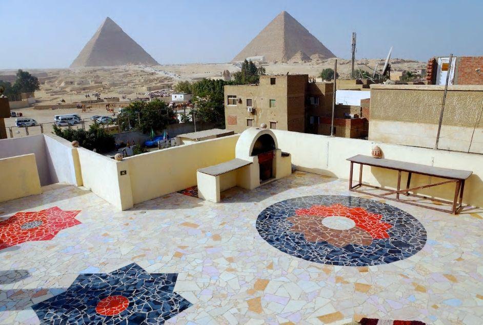 8.カラフルな屋上テラスからギザの三大ピラミッドを一望